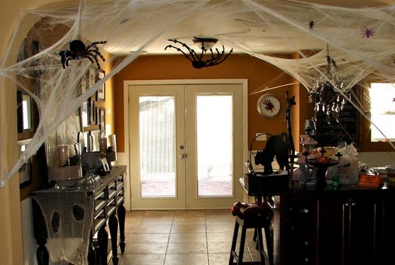 http://www.amigogeek.net/sneak-peek/full/3174-indoor-halloween-decorations/